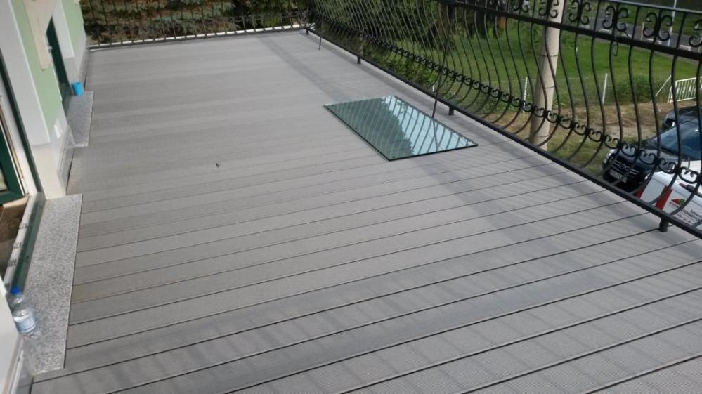 Dachterrasse aus WPC mit Glasplatte für einen Grill/Feuerschale