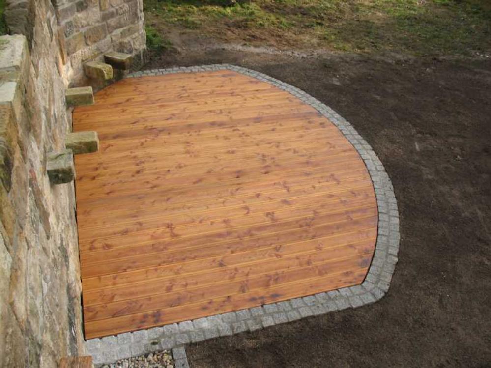 Gartenterrasse aus sibirischer Lärche mit Graniteinfassung